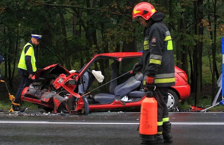 Na drodze krajowej 22 między Rychnowami a Człuchowem czołowo zderzyły się dwa samochody osobowe. Jedna osoba zginęła na miejscu, trzy są ranne.Do wypadku