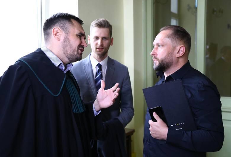 Znany dziennikarz Kamil D. usłyszał zarzuty prokuratury w sprawie zbrodni przeciwko środkom płatniczym. Grozi mu za to nawet do 25 lat więzienia.