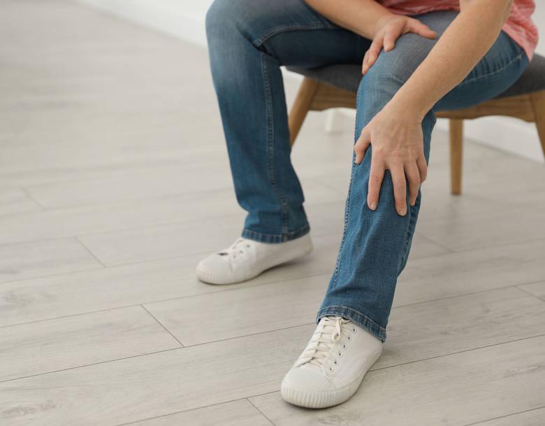 Jednym z pierwszych objawów, które mogą wskazywać na miażdżycę naczyń kończyn dolnych, jest silny ból łydek nasilający się np. po wchodzeniu po schodach.