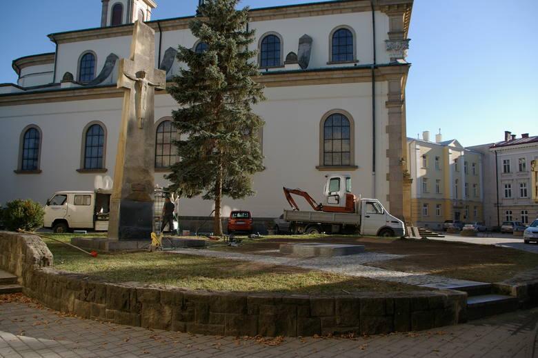 Pomnik Jana Pawła II stanął przy gorlickiej farze [ZDJĘCIA]