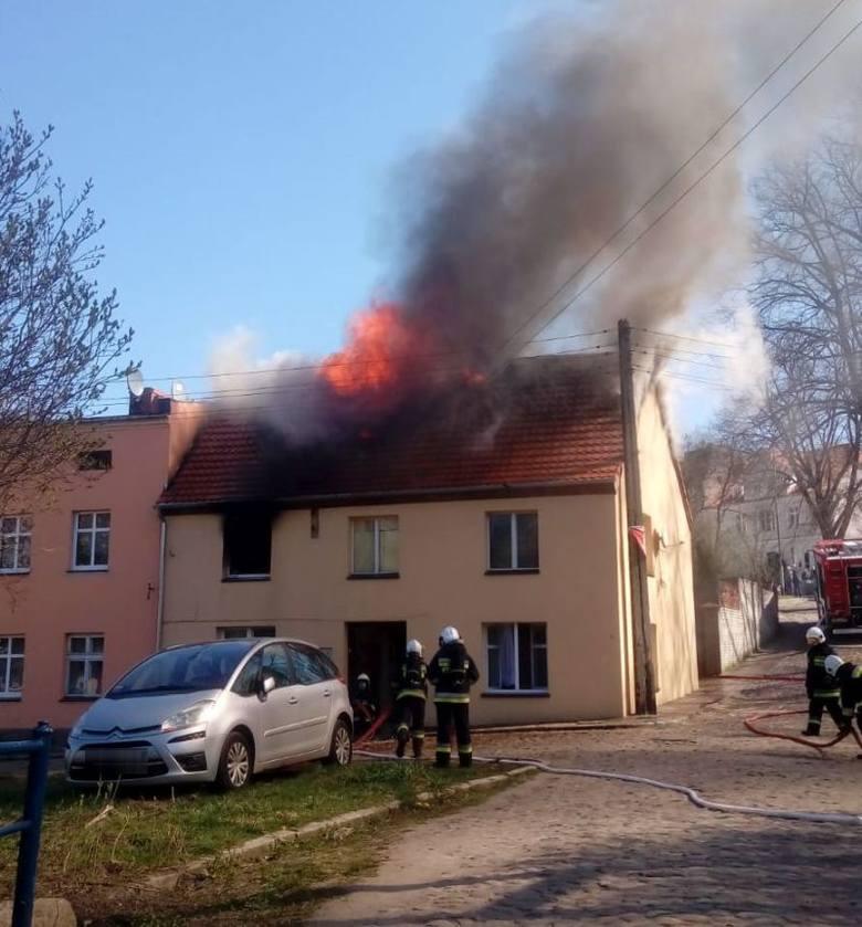 Policjanci z Komisariatu w Połczynie - Zdroju wykazali się czujnością i spostrzegawczością widząc dym wydobywający się spod dachu jednej z kamienic.