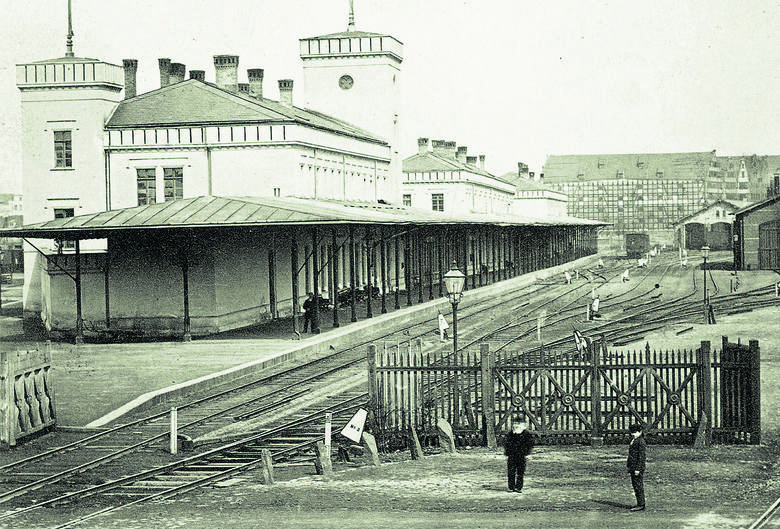 Widok pierwszego gdańskiego dworca kolejowego przy Bramie Nizinnej, na którym ujęto również zabudowę południowego krańca Wyspy Spichrzów. Fotografia