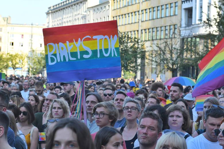 """Manifestacja """"Poznań przeciw przemocy"""" rozpoczęła się o godz. 18 w czwartek na placu Wolności w Poznaniu. Wielu poznaniaków przyszło"""