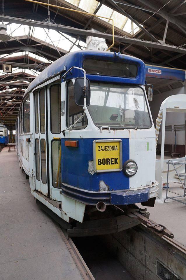 Wrocław: Trwa remont zabytkowego tramwaju (ZDJĘCIA)