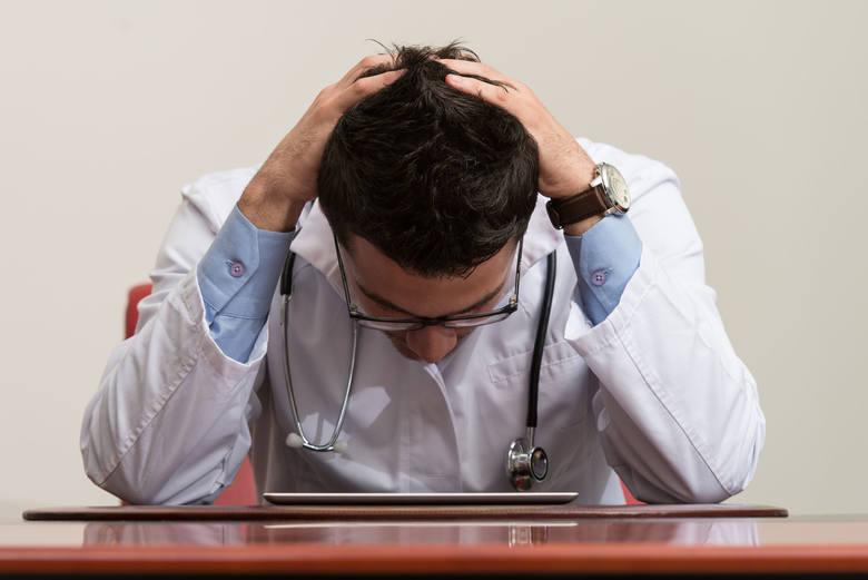 Służba zdrowia ma teraz ręce pełne naprawdę ważnej roboty. Nie dokładaj niepotrzebnej pracy lekarzom, pielęgniarkom i ratownikom. Jeśli z twoim zdrowiem