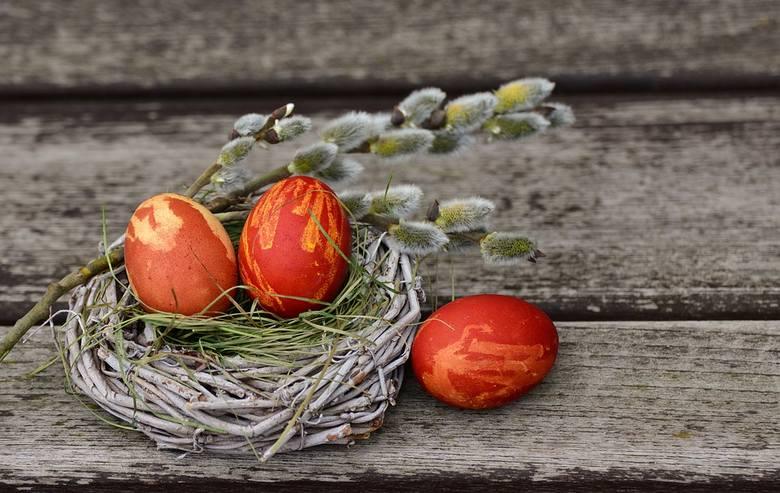 Wielkanoc już za chwilę, a jajka - symbol tych świąt - jeszcze niepomalowane. Może w tym roku wybierzesz naturalną metodę ich barwienia tak, jak robiły