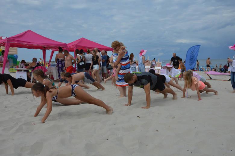 """Dzisiaj w Ustce już po raz trzeci zorganizowano projekt """"Różowa Plaża"""". Podczas wydarzenia mieszkańcy i turyści mogli skonsultować"""