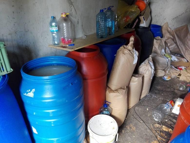 Ostrołęka. Policjanci zabezpieczyli prawie 300 litrów gotowego alkoholu bez akcyzy i około 1700 litrów tzw. zacieru do jego produkcji