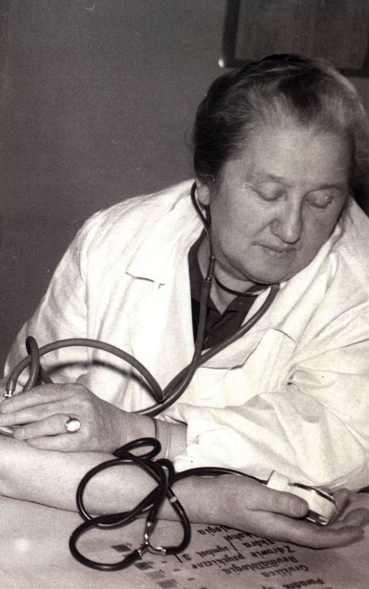 Stefania Perzanowska to lekarka, która w obozie na Majdanku stworzyła obozowy szpital więźniarski dla kobiet. Na Majdanek trafiła za działalność konspiracyjną. Zdjęcie z lat 60. XX wieku.