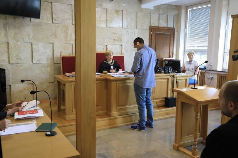 - Ale to nie wszystko. W 2016 roku Stanisław G. znów usłyszał wyrok Sądu Rejonowego w Lipnie za złamanie sądowego zakazu. Został skazany na 6 miesięcy bezwzględnego wiezienia; karę odbył w systemie dozoru elektronicznego. Co istotne, do tego zdarzenia doszło już po wypadku w Steklinku. Z tego...
