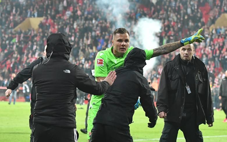 Wyczyn Rafała Gikiewicza, który postawił się ultrasom własnego klubu (Union Berlin) i powstrzymał ich przed próbą pobicia graczy rywali (Herthy) odbił