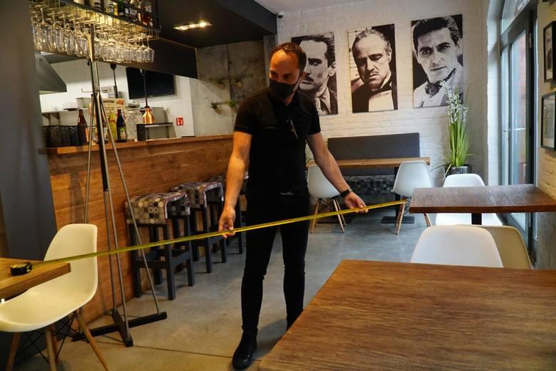 W restauracjach nadal odległość między stolikami musi wynosić 2 m. Ale od 30 maja nie ma już limitu osób, które mogą wejść do lokalu. To samo dotyczy