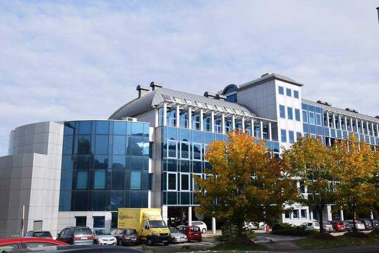 W budynkach Uniwersytetu Zielonogórskiego panuje cisze, kształcenie odbywa się zdalnie. Studenci zdobywają zaliczenia, zdają egzaminy także zdalnie