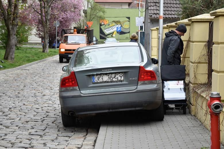 Ten mistrz zaparkował tak, że pieszemu nie pozostaje nic innego, jak przeciskać się pomiędzy autem a płotem, albo wyjść na jezdnię.