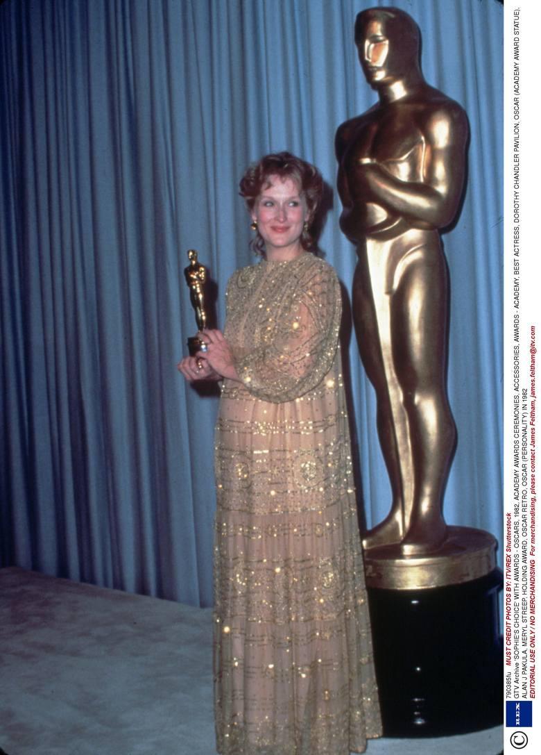 """Meryl Streep z Oscarem dla najlepszej aktorki za film """"Wybór Zofii"""" w 1983 r."""