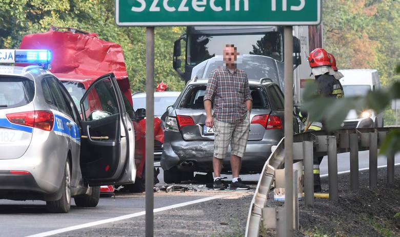 Groźna kolizja miała miejsce w środę, 25 września, na ul. Sportowej w Kostrzynie nad Odrą. Na drodze wylotowej z miasta zderzyły się dwa pojazdy. Na