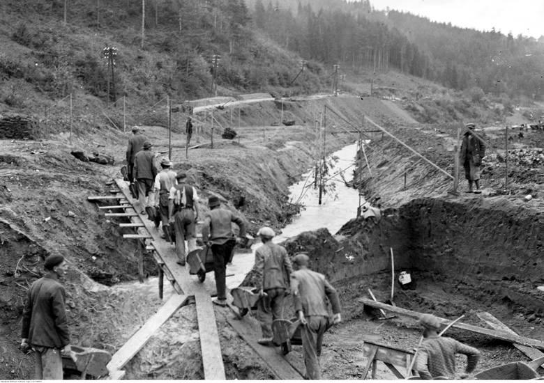 Droga prowadząca do Zakopanego powstawała w latach 30. XX wieku. Całkowitą przebudowę drogi Kraków -Zakopane wykonano w latach 1931-1939.