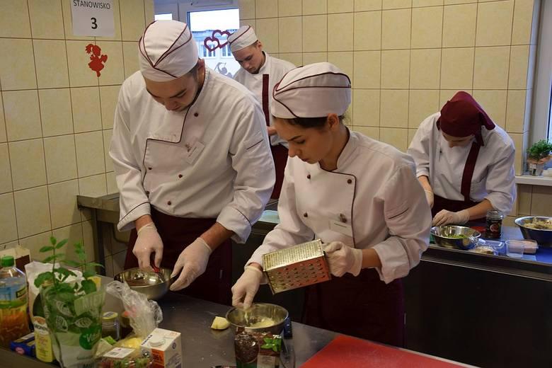 Kinga Wawrzyniak i Cyprian Dobrzycki, uczniowie Zespołu Szkół Rolniczych Centrum Kształcenia Ustawicznego w Przemystce (powiat radziejowski) wygrali