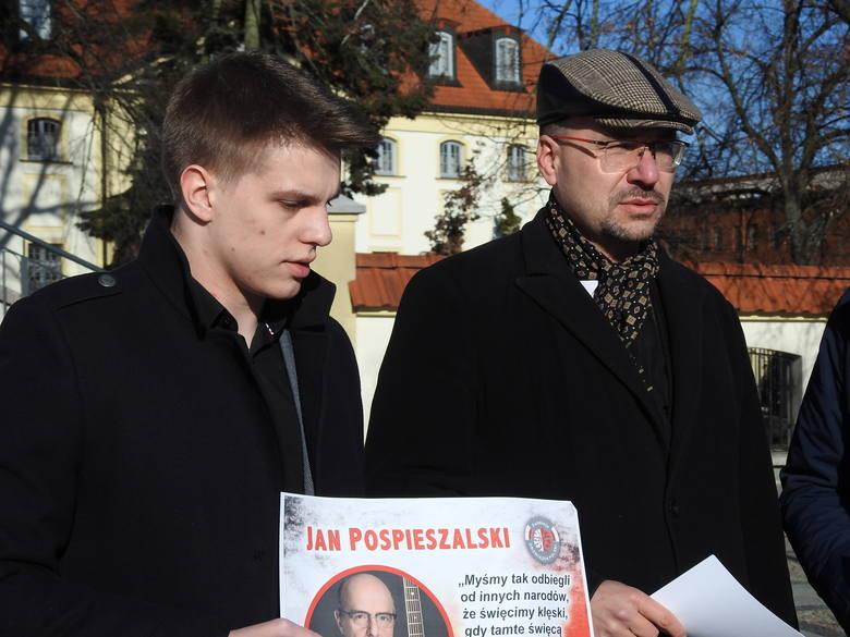 Patrząc od lewej: Michał Mikucki (prezes białostockiej Młodzieży Wszechpolskiej), Dariusz Wasilewski (z fundacji Obowiązek Polski) oraz Tomasz Filipowicz