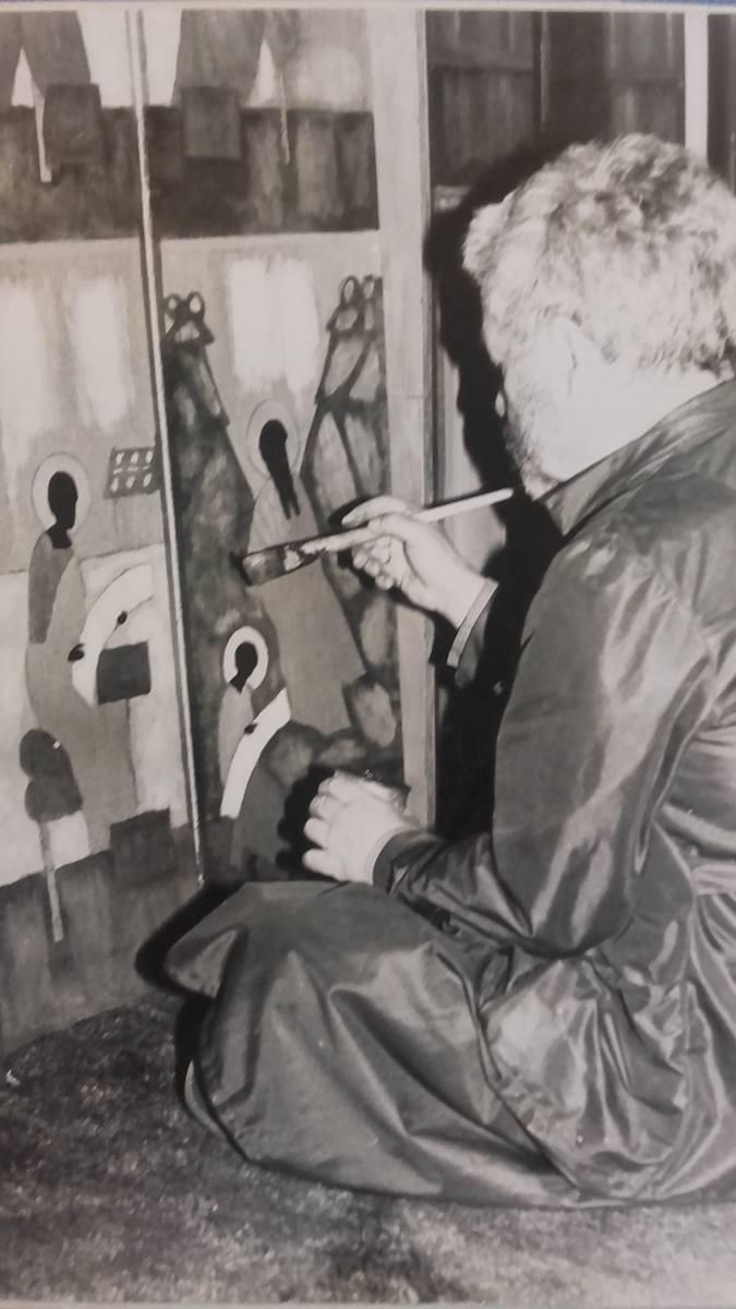 Jerzy Nowosielski pracuje nad ikonostasem w lubelskim seminarium, kwiecień 1989 r. Zdjęcie pochodzi z seminaryjnej kroniki.