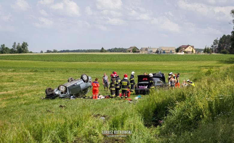 Według wstępnych ustaleń kierująca audi uderzyła w skodę skręcającą z DK65 w prawo, w drogę lokalną.
