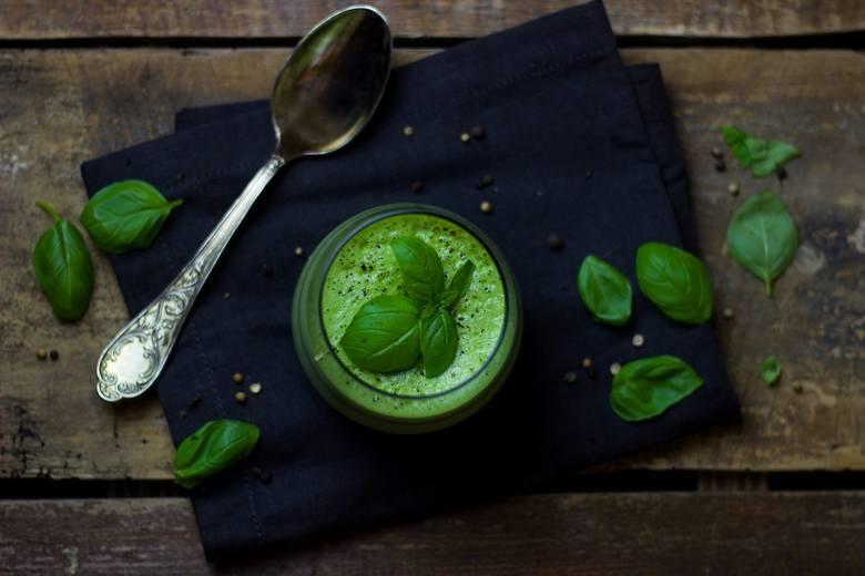 Zielone zupy to najcenniejszy element diety zupowej. Do ich przygotowania warto użyć np. szpinaku, bazylii, jarmużu, zielonego groszku czy łuskanego