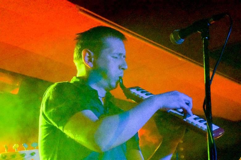 """Atrakcyjne instrumentarium - melodica, skrzypce, czy wykorzystany w """"dancingowej piosence miłosnej"""" akordeon ubarwiają opowieści Sołtysa."""