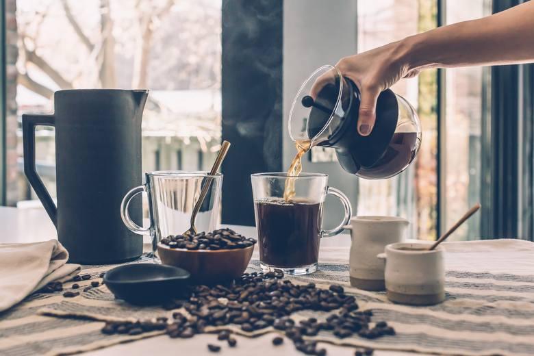 Wielu nie może wyobraża sobie początku dnia bez kubka aromatycznej kawy. Tak samo poobiedni relaks najlepiej smakuje, gdy na stoliku stoi filiżanka małej