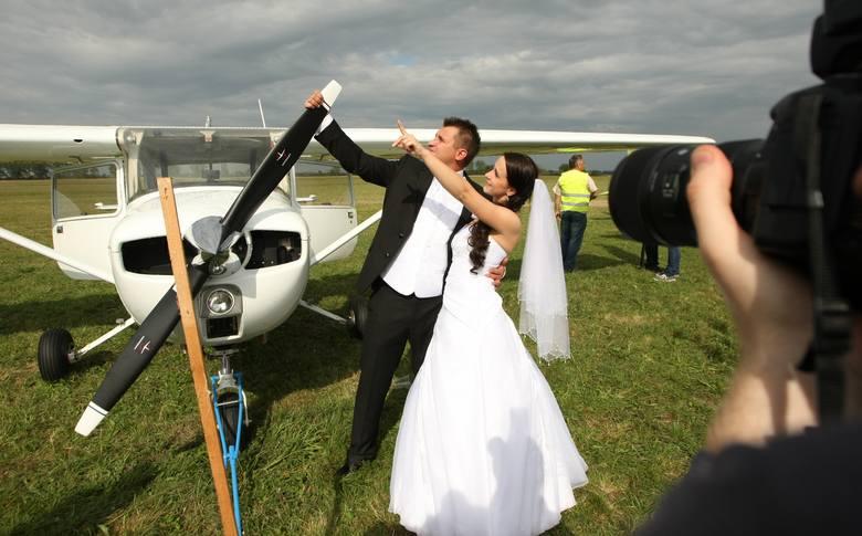 Sesja ślubna na pikniku lotniczym we Wrocławiu