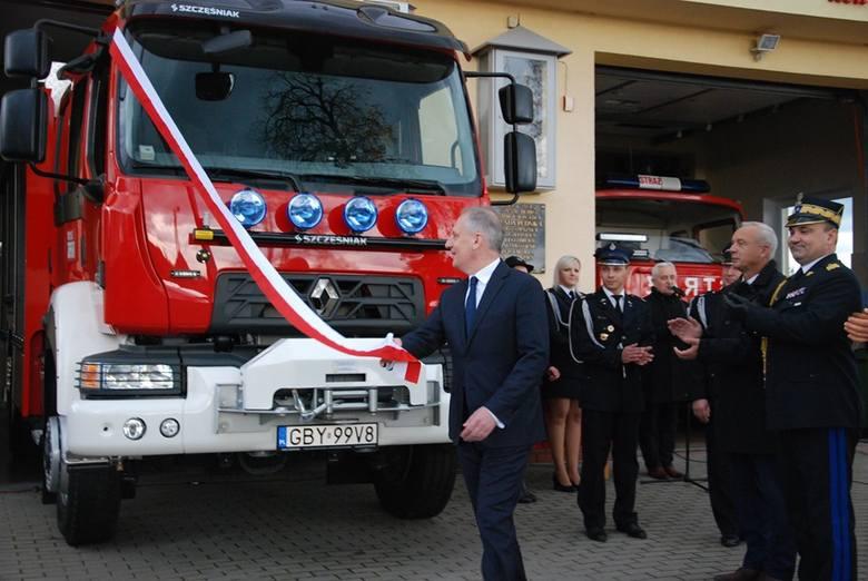 Przekazanie strażackiego auta.