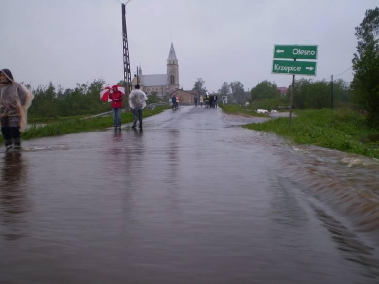 Zamknięty most na rzece Liswarta w Starokrzepicach, zdjęcie od ul. Piaski.