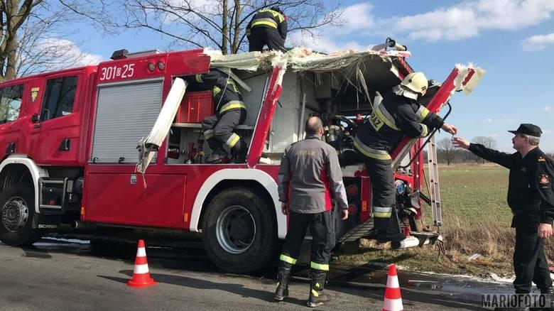 Strażacy jadący na ćwiczenia wjechali wozem w drzewo. Do wypadku doszło w poniedziałek. Autem jechało czterech ratowników, na szczęście nikomu nic się