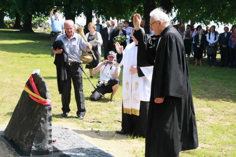 Ksiądz razem z pastorem błogosławią obelisk