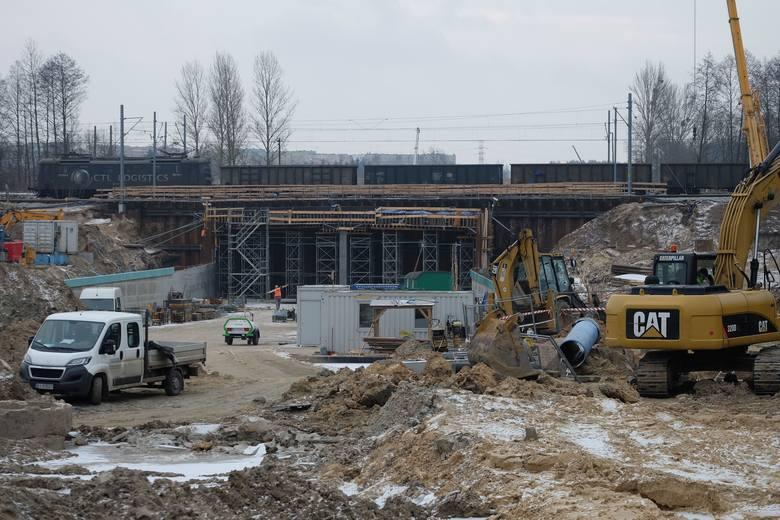 – Powyższa zmiana umożliwi kontynuację robót związanych z budową dojazdów i tunelu drogowego na skrzyżowaniu ul. Hetmańskiej i projektowanej trasy alei