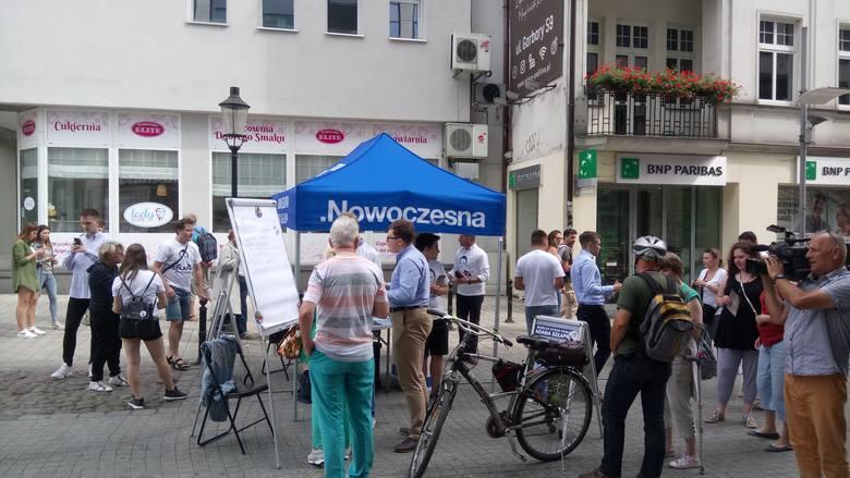 W poniedziałek 22 lipca po godzinie 14 na ulicy Półwiejskiej w Poznaniu poseł Adam Szłapka rozpoczął rozmowy z mieszkańcami Poznania.
