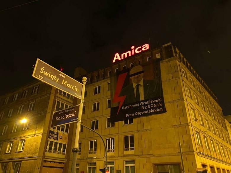 """""""Bartłomiej Wróblewski - Rzeźnik Praw Obywatelskich"""" - baner z takim hasłem w nocy z czwartku na piątek zawisł na budynku przy skrzyżowaniu"""