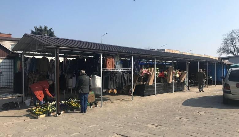 W poniedziałek popularne targowisko w Pionkach jeszcze działało, ale już zapadła decyzja o zamknięciu miejsca handlu na cztery dni.