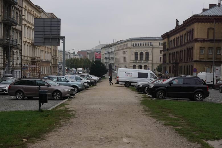 Ze Starego Miasta mają zniknąć kolejne samochody. Wbrew mieszkańcom