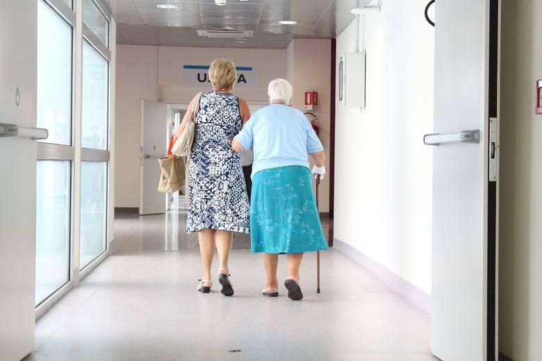 Chociaż osoby starsze są bardziej narażone na ciężki przebieg infekcji koronawirusowej i bardziej zagrożone spowodowanym nią zgonem, nie tylko ta grupa