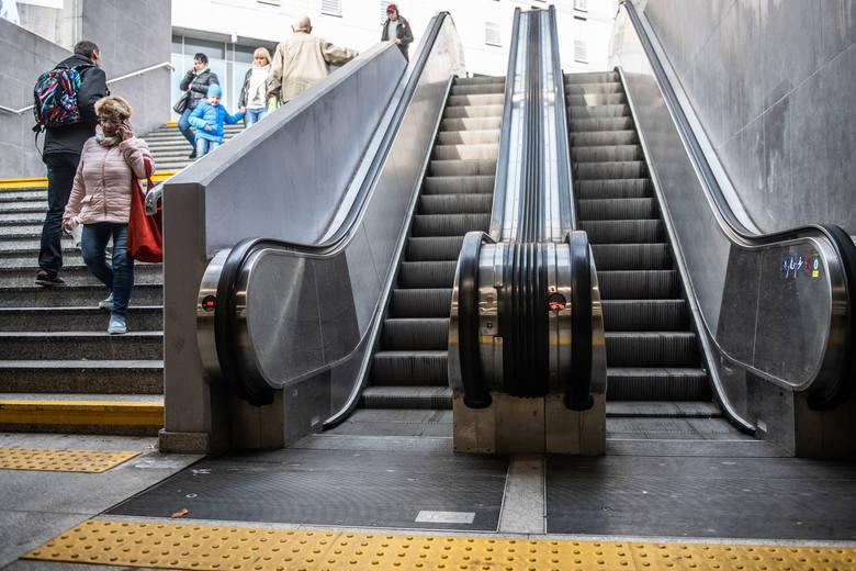 Często między tradycyjnymi a ruchomymi schodami na rondzie Kaponiera nie ma szczególnej różnicy. Te drugie często się psują i ani drgną. Wtedy o wygodzie