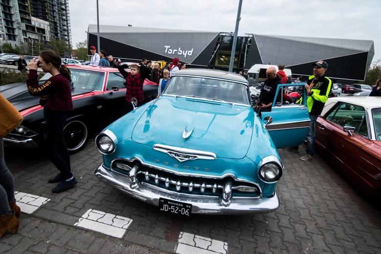 Miłośnicy aut retro spotkali się w środę, 24 kwietnia, podczas pierwszej w tym sezonie imprezy z cyklu Bydgoskie Klasyki Nocą. Na plac wpuszczano jedynie