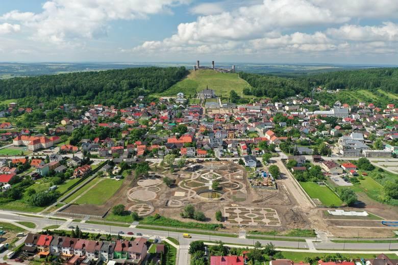 6,5 miliona złotych kosztuje budowa paru miejskiego w Chęcinach. Obiekt powstaje na blisko dwuhektarowej działce w centrum miasta, konstruowane są place