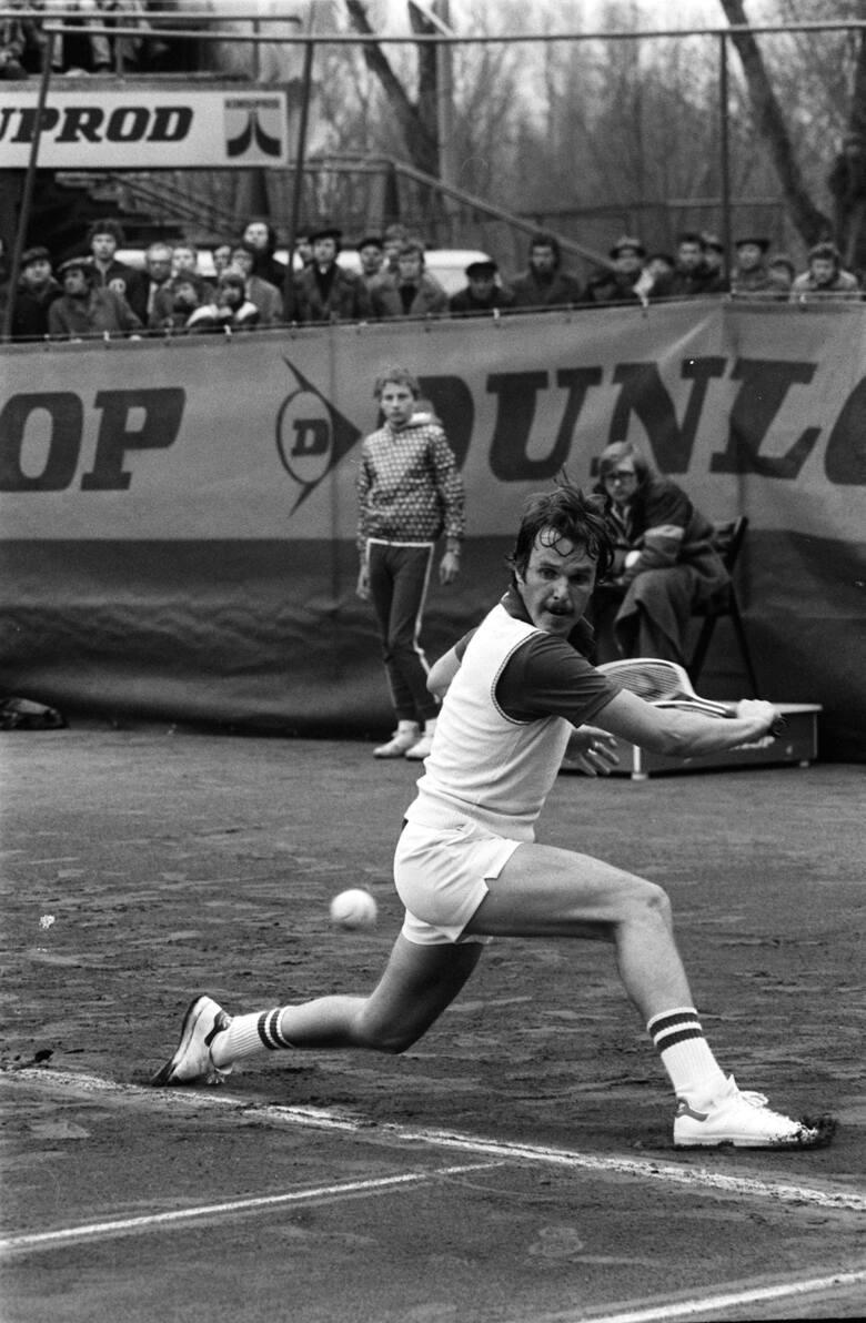 Rok 1975. Wojciech Fibak podczas jednego z tenisowych turniejów.