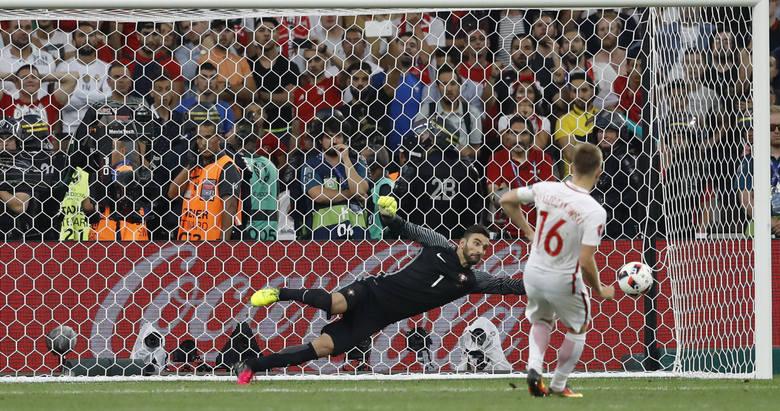 Portugalski bramkarz podobnie jak cała reprezentacja rozkręcał się powoli. W fazie grupowej popełnił kilka błędów, ale w decydujących spotkaniach jego