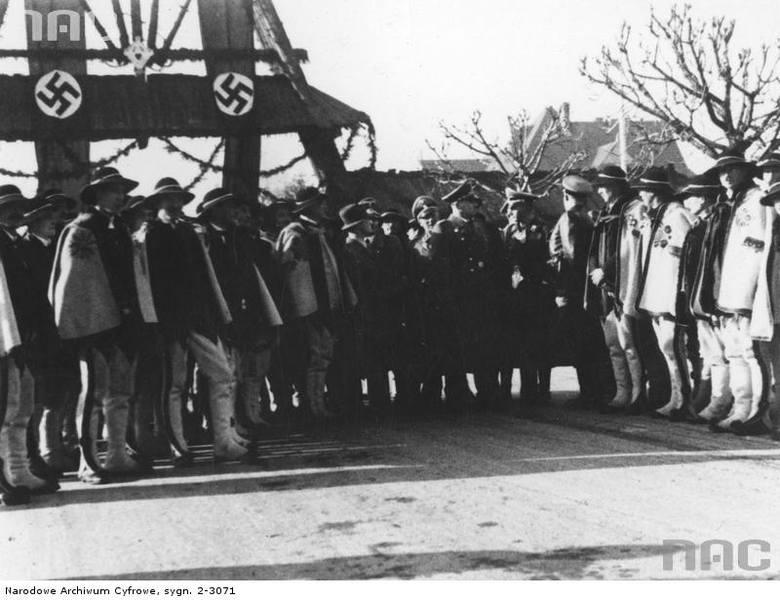 Przewodniczący Komitetu Góralskiego, Wacław Krzeptowski wita w Zakopanem gubernatora Hansa Franka [1]