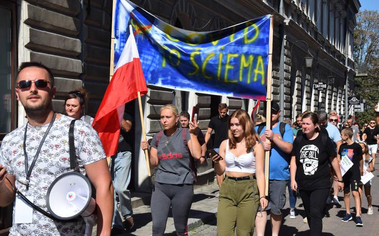 """Demonstracja przeciwko """"plandemii"""" w Jarosławiu. Kilkadziesiąt osób przeszło przez miasto [ZDJĘCIA]"""