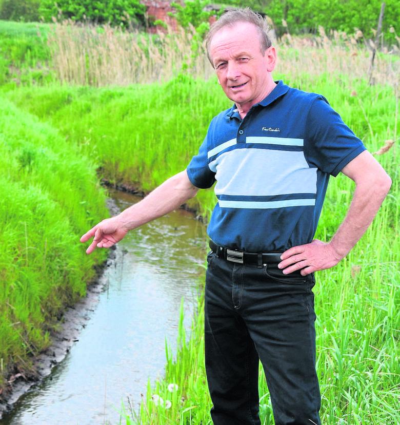 Eugeniusz Zwierzyński, rolnik z Krzeszyc, cieszy się z wygranej sprawy sądowej. Zauważa też, że od 2011 roku rowy są regularnie konserwowane, choć wcześniej