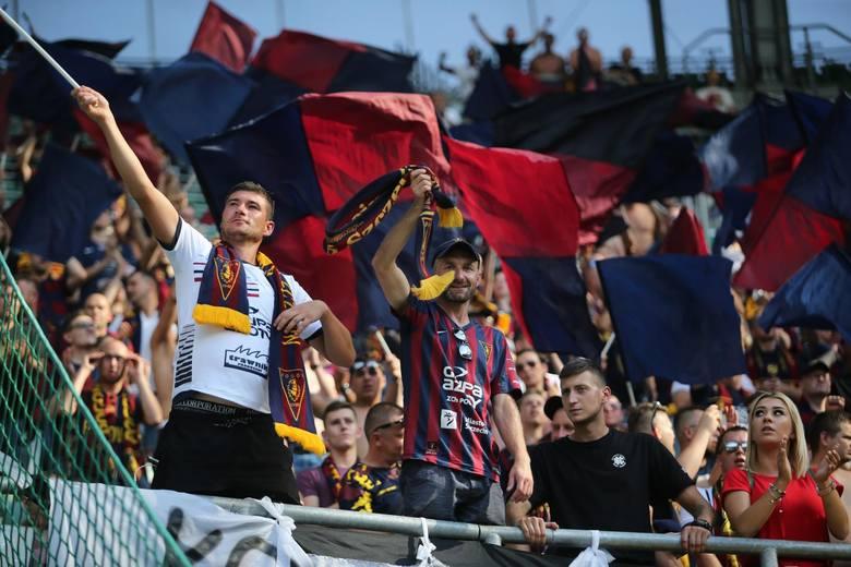Ponad tysiąc kibiców Pogoni Szczecin pojechało na niedzielny mecz ze Śląskiem we Wrocławiu. Skończyło się remisem 1:1. Portowcy pozostali w czołówce