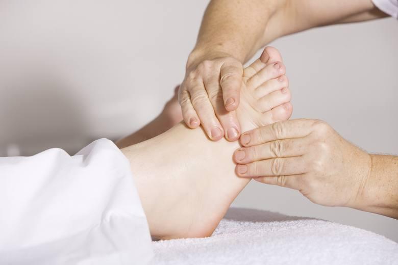 Przy częstych skurczach stóp ulgę przynoszą ich masaże, które można przeprowadzić również samemu. Świetnym przyrządem do rozluźniania nadmiernie napiętych