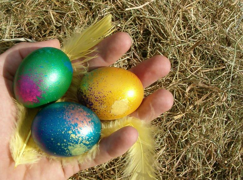 Wielkanoc 2018. Jak zrobić pisanki wielkanocne? Metod barwienia i zdobienia jajek czy wydmuszek jest sporo. Coraz częściej sięgamy jednak po naturalne